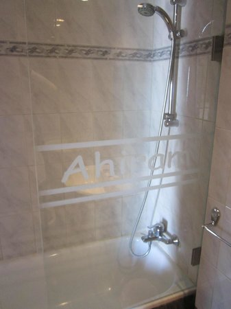 Ahiram Hotel: Shower