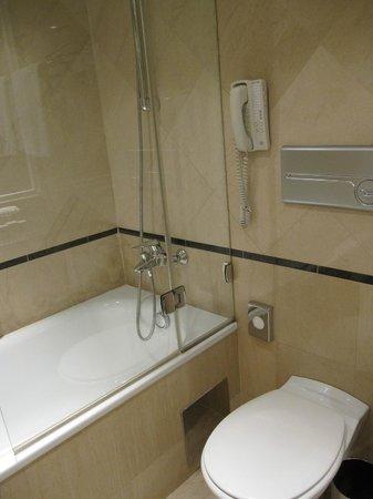 Sofitel Budapest Chain Bridge: modern bath