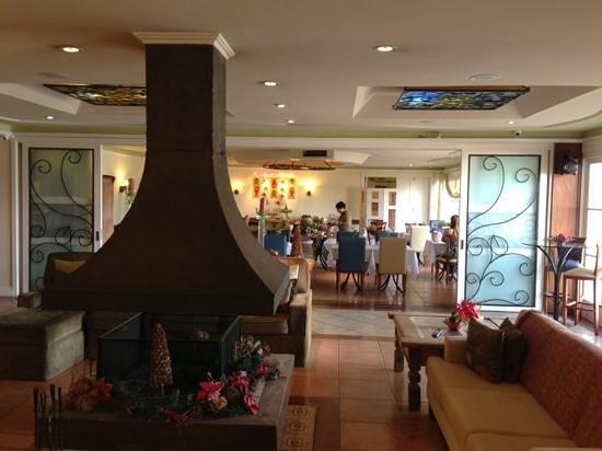 Boutique Hotel Varanda das Bromelias: Sala de estar e restaurante ao fundo