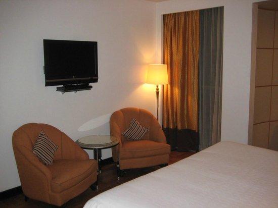 Sheraton Abu Dhabi Hotel & Resort: ai piedi del letto due poltrone e televisore flat con DVD