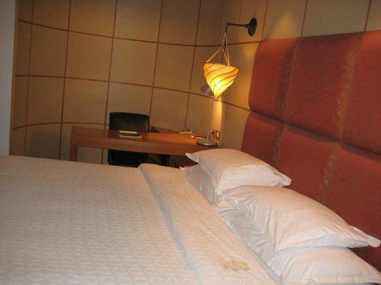 Sheraton Abu Dhabi Hotel & Resort: letto con angolo studio