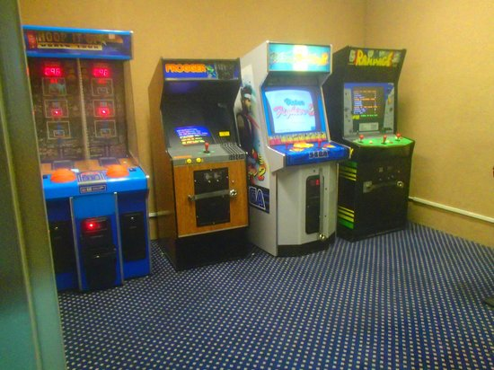 Adventureland Inn: One of the 2 arcade rooms