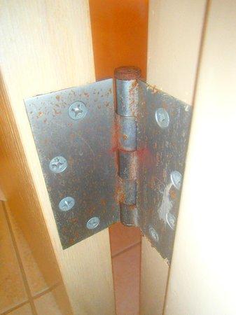 Adventureland Inn: Rusty hinges in the bathroom door