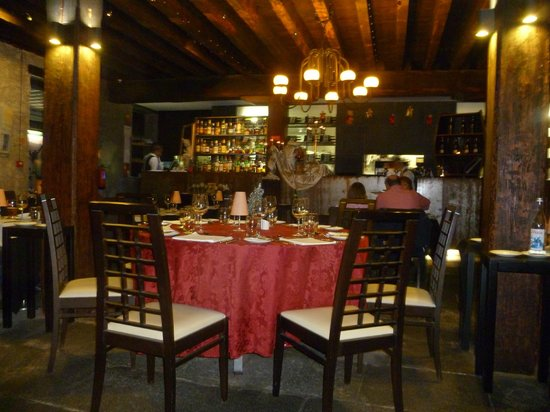 Armazem do Sal: View inside the restaurant which is an old salt cellar