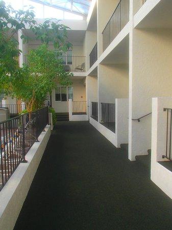 Adventureland Inn : Walkway in the East Courtyard