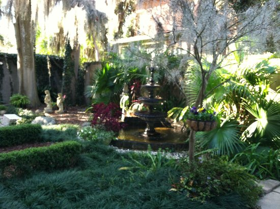 Forsyth Park Inn: Garden at the Inn and view outside room