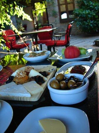 Biber Evi : Incredible breakfast under the grape vines.