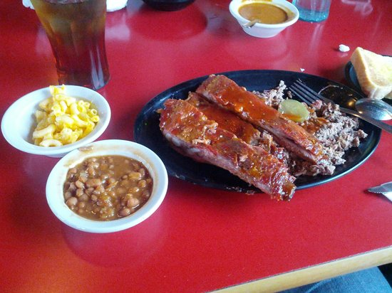 Williamson Brothers Bar-B-Q: Combo plate was pretty dag gone good!