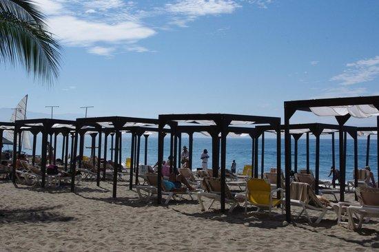 Crown Paradise Golden Resort Puerto Vallarta: beach area