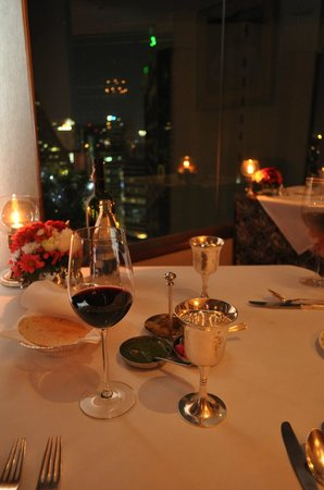 Rembrandt Hotel Bangkok: Table setting and view in the Indian Restaurant
