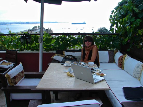 Hotel Sebnem: Breakfast on the terrace.