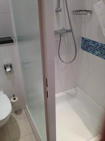Holiday Inn Express Munich Airport: Shower cabin