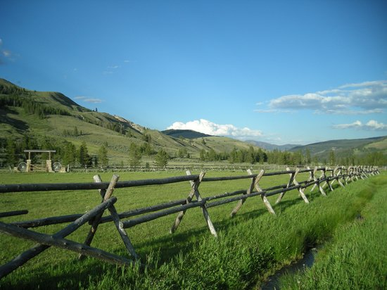 ‪‪Nine Quarter Circle Ranch‬: Late Afternoon Pasture and Mountains