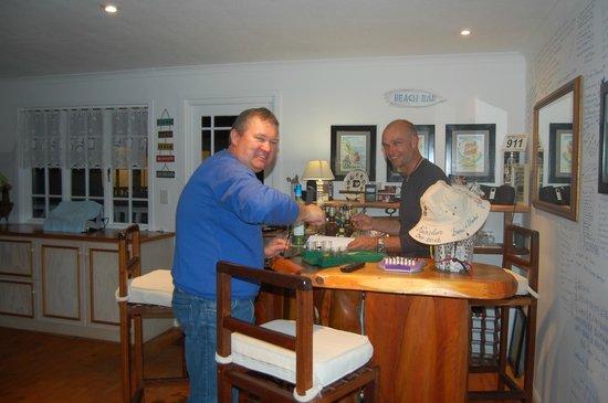 Brenton Beach House: Die Bar fest in bayrischer Gästehand
