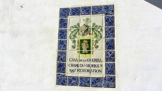 Casa de la Guerra: Azulejo conmemorando la restauración