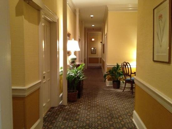 East Bay Inn: The hallway from our room on the second floor