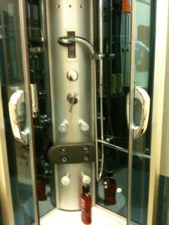 Fashion Hotel : doccia idromassaggio presente nella camera