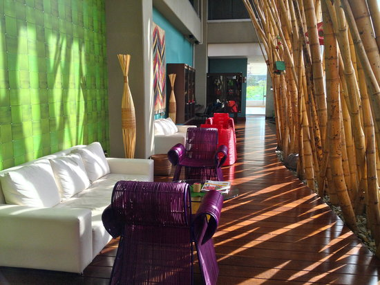 Diez Hotel Categoria Colombia: colorful sitting area ground floor