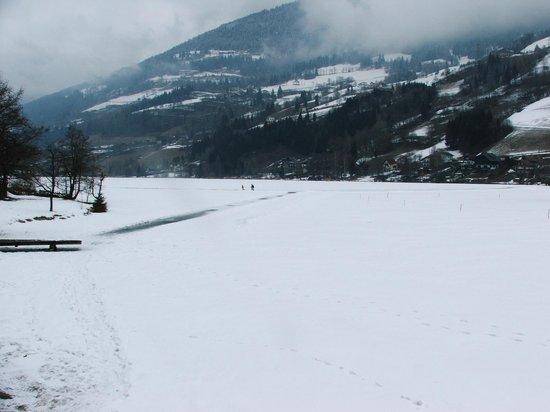 Hotel Brennseehof: lago ghiacciato davanti all'hotel