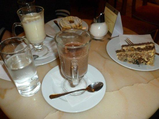 Ilich: Cioccolata calda (bianca e classica) con biscotto e torta