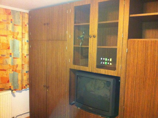 Apartments Bernik: Sleeping room with TV and wardrobe from the 1980s