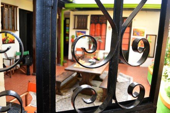 Tip Top Hostel: Un portón antiquérrimo