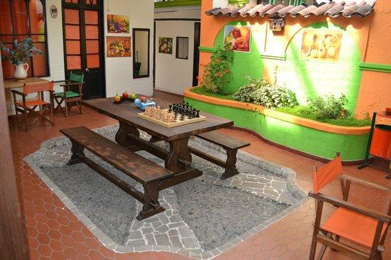 Tip Top Hostel: Comedor en el patio interno