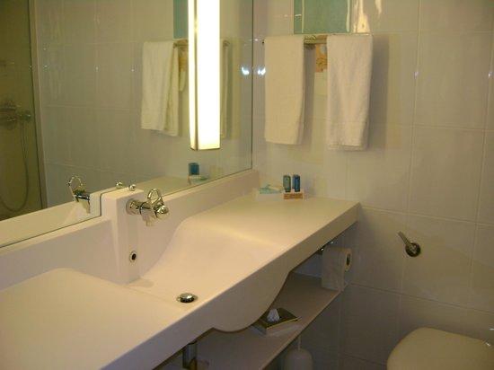 Novotel London West: Lavabo bagno. Molto pulito e sempre in ordine