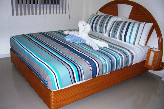Tartaruga's Hotel and Pagudpud Yacht Club Restaurant: Queen size bed