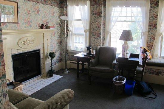 Petite Auberge: Lounge area