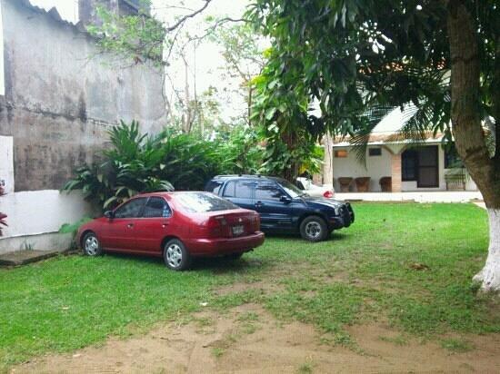 Hotel Victoria: amplio estacionamiento del hotel