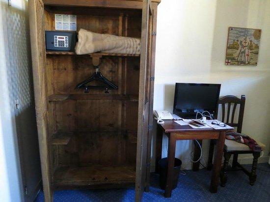 Chateau des Ducs de Joyeuse: Mobiliaro habitación
