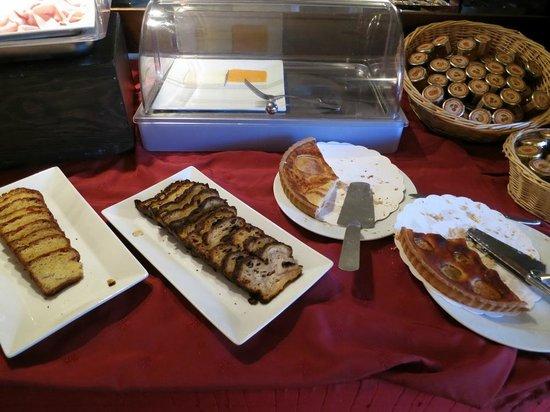 Chateau des Ducs de Joyeuse: Bufé desayuno
