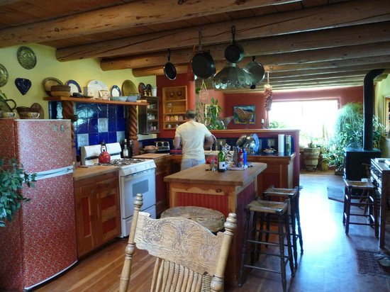 Casa Gallina: Colorful kitchen