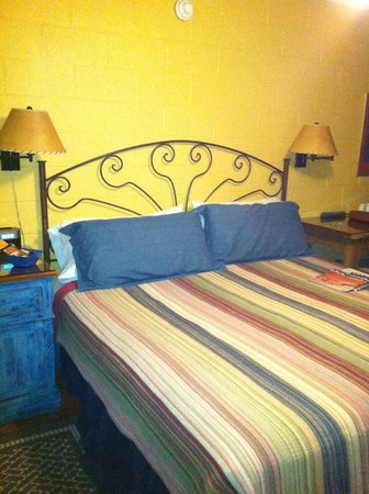 Santa Fe Motel and Inn: nice bed and end tables