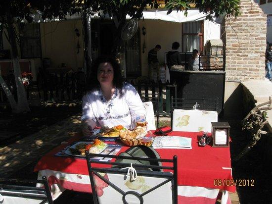أسبن هوتل - سبيشيال كلاس: Кафе в соседней гостинице 
