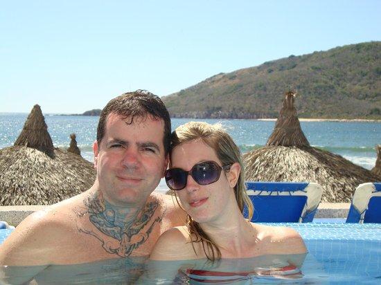 أوشنو بالاس بيتش هوتل: Us in the pool