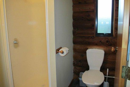 Travers-Sabine Lodge : Clean modern bathroom