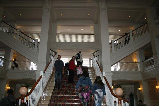Disneyland Hotel: escalera