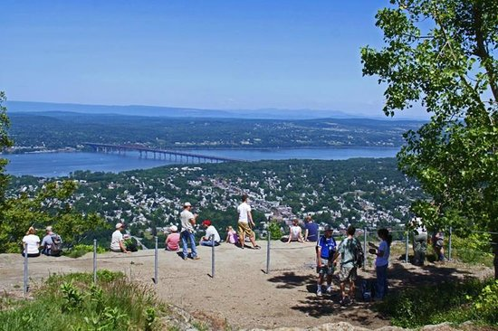 Mount Beacon Incline Railway: Hikers at the top of the railway