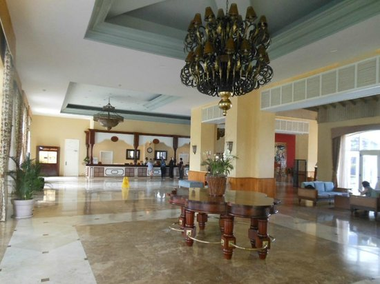 Iberostar Rose Hall Beach Hotel: Enormous chandeliers in lobby