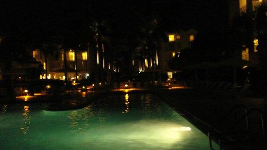 ذا ريتش إيه والدورف أستوريا ريزورت: Resort at night from the pool area 