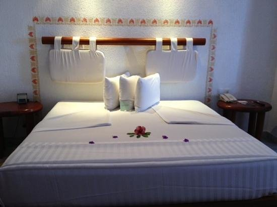 Las Brisas Huatulco: Flower decor on the bed