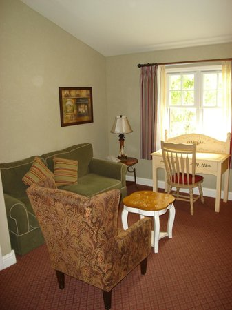 Cambria Pines Lodge: Living roome area