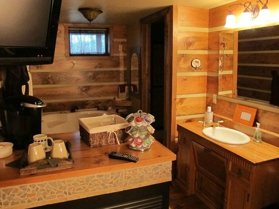 Bear Mountain Lodge: Wilderness Suite's sink area