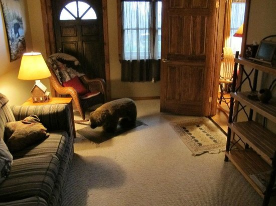 Bear Mountain Lodge: Wilderness Suite's Sitting Room (note bear footrest!)