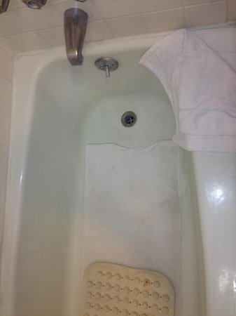 Cambridge Inn: filthy bathtub