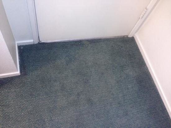 Travelodge Palm Springs: dirty carpet