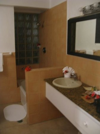 Mango Bay Resort: Bathroom (Unit 2)