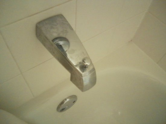 Comfort Inn Franklin: Unclean faucet.